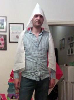 Brittiska supportern Ade Brandwoods fru köpte en flagga till honom. Bilden har nu spridits på sociala medier. Foto: Twitter