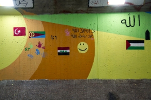 Flaggor i tunnel i Solna (Foto: Mikael Westerlund)