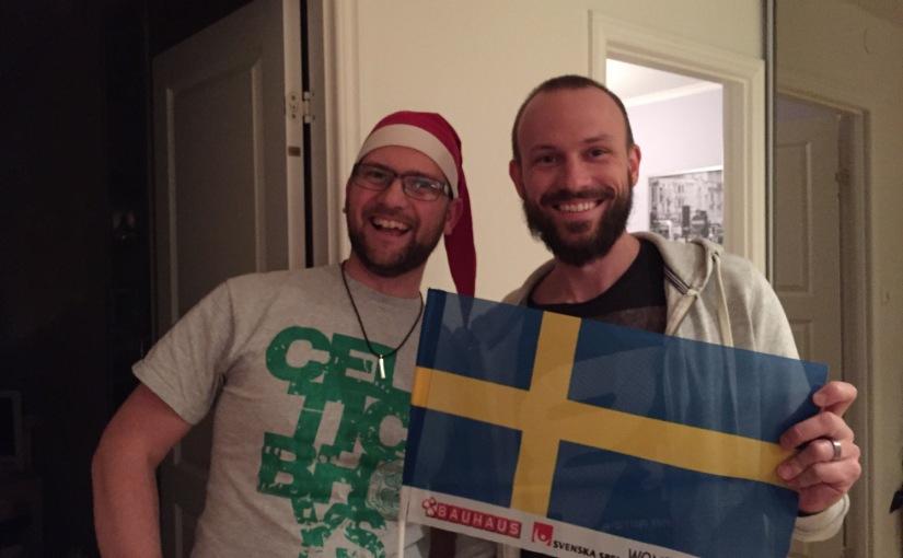 Per och David håller i en svensk flagga.